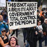 ACUM AUSTRALIA APROAPE DE RĂZBOI CIVIL. Mii de oameni protestează în Melbourne după ce guvernul a impus vaccinarea obligatorie pentru muncitorii din construcții. Poliția: Vă vom împușca, pentru sănătatea voastră! VIDEO